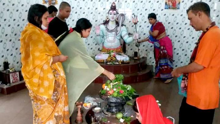 শিব মন্দিরে পুজা আর্চনা করেন নারী-পুরুষ