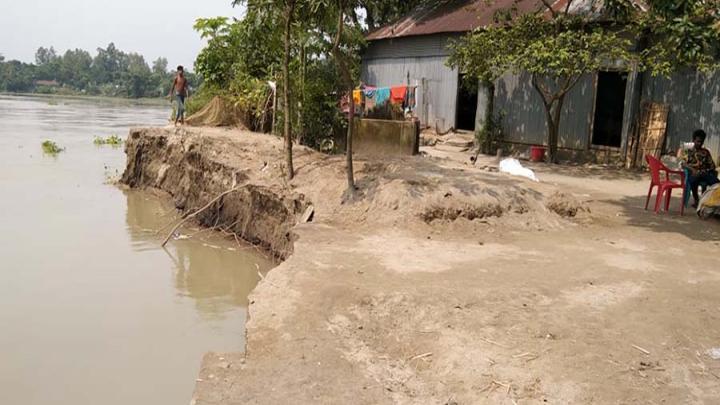 বকশীগঞ্জে দশানী নদীর ভাঙনে বিলীন হচ্ছে খানপাড়া গ্রাম, কাজে আসছে না জিও ব্যাগ