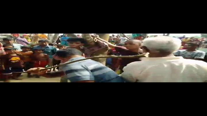অভিযুক্ত ইউপি সদস্য নাজমুল ইসলামকে আটক করছে পুলিশ